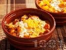 Рецепта Картофени гювечета с червена чушка, сирене, яйце и лук